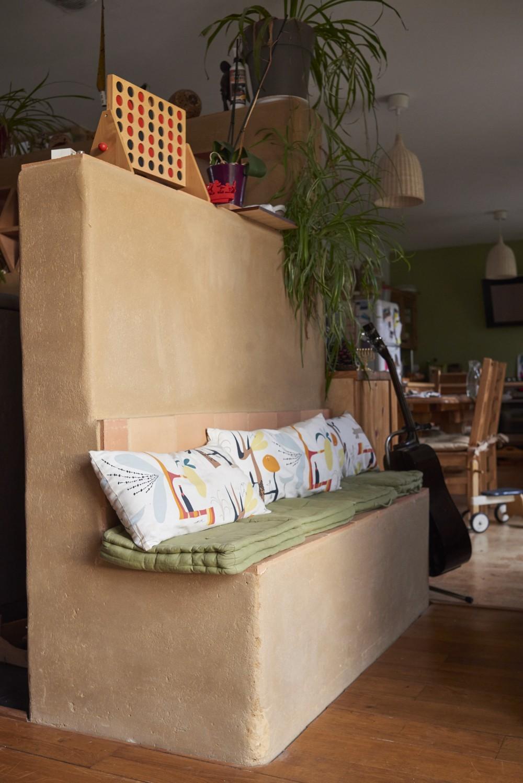 mur et banc en adobe intérieur