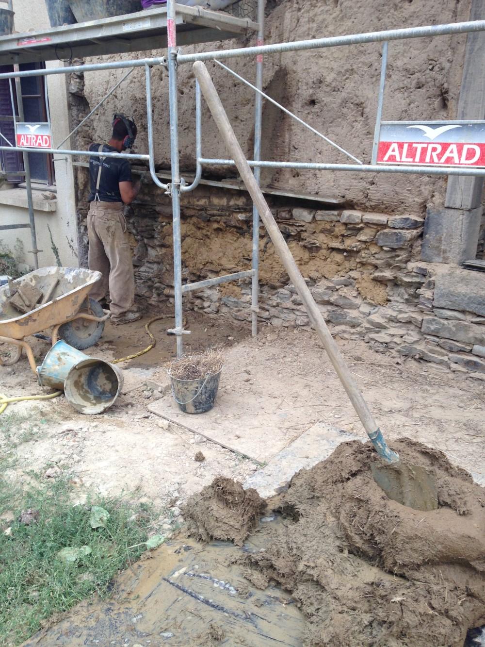 réparation d'un mur en bauge avec des adobes