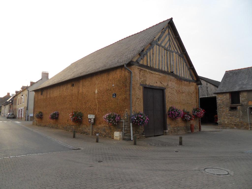 Grange en bauge dans le bourg de St Sulpice la Forêt