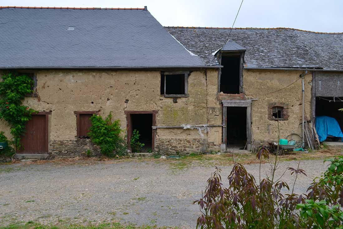 Avant la rénovation de cette longère en torchis près de Rennes