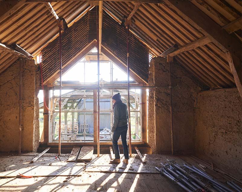 Chantier de rénovation ou de construction en bauge, terre crue ou paille